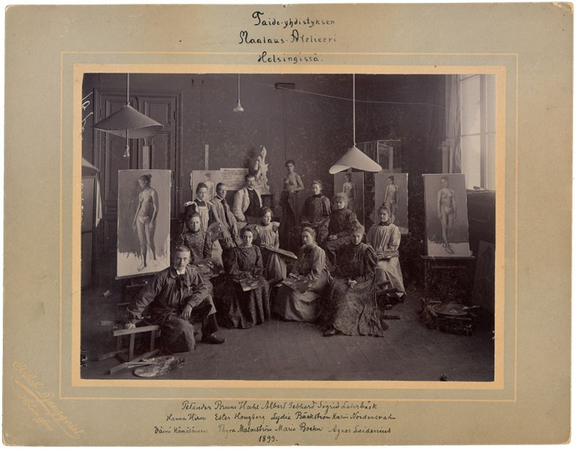 The Drawing School of the Finnish Art Society, painting class in 1899. In the front row from left Väinö Hämäläinen, Thyra Malmström, Maria Boehm, and Agnes Leidenius. In the middle from left: Hanna Hirn, Ester Hougberg, Lydia Bäckström, and Karin Nordensvahn. In the back row from left: Edit Petander, Bruno Hahl, teacher Albert Gebhard (1869–1937), nude model and Sigrid Lehrbäck. Photographer Jakob Ljungqvist, Helsinki 1899. The Väinö Hämäläinen Archive. Archive Collections, Finnish National Gallery